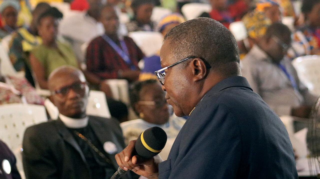 Bischof Quire modieriert eine Diskussion über den PLan zur Trennung der UMC
