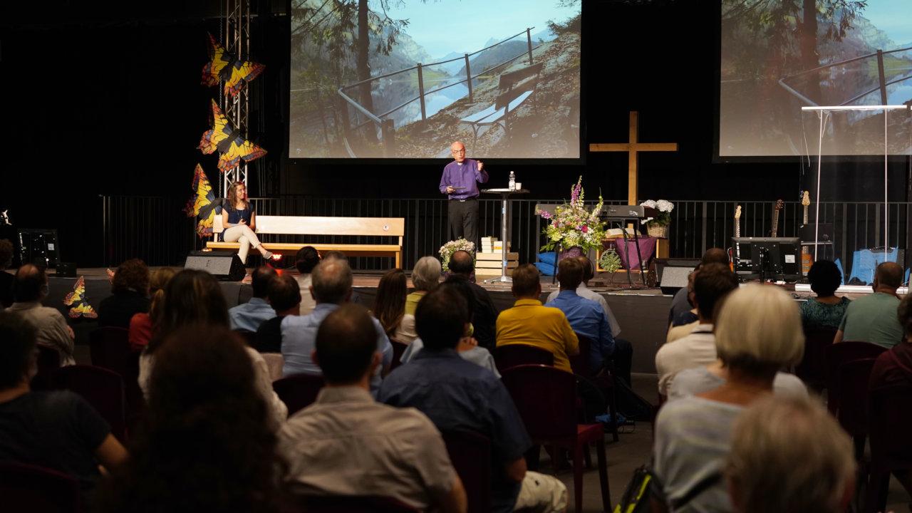 Bischof Patrick Streiff am Konferenzsonntag bei der Predigt