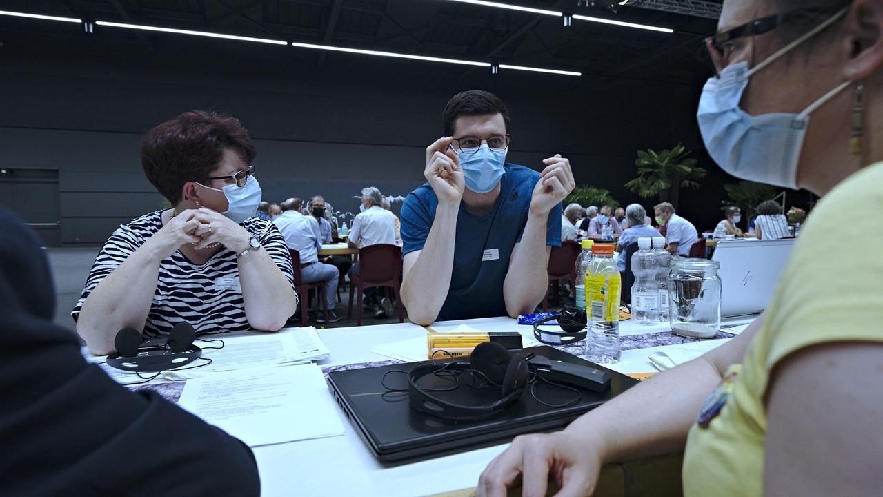 Konferenzmitglieder diskutieren in Gruppen