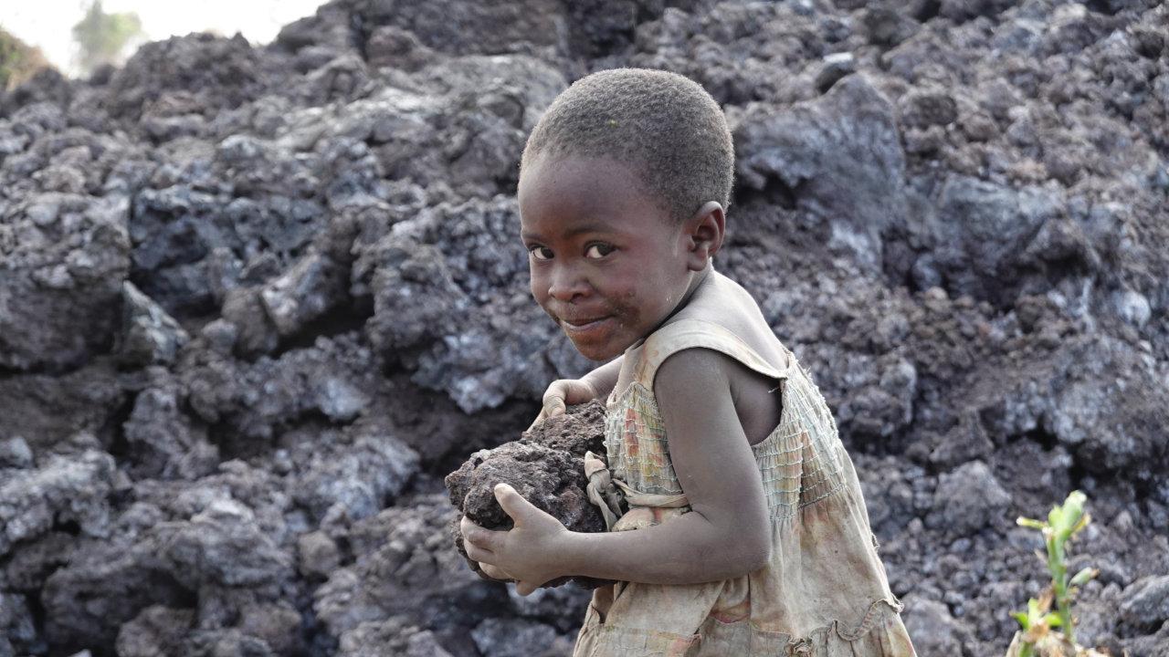 Ein Kind trägt Lavagestein