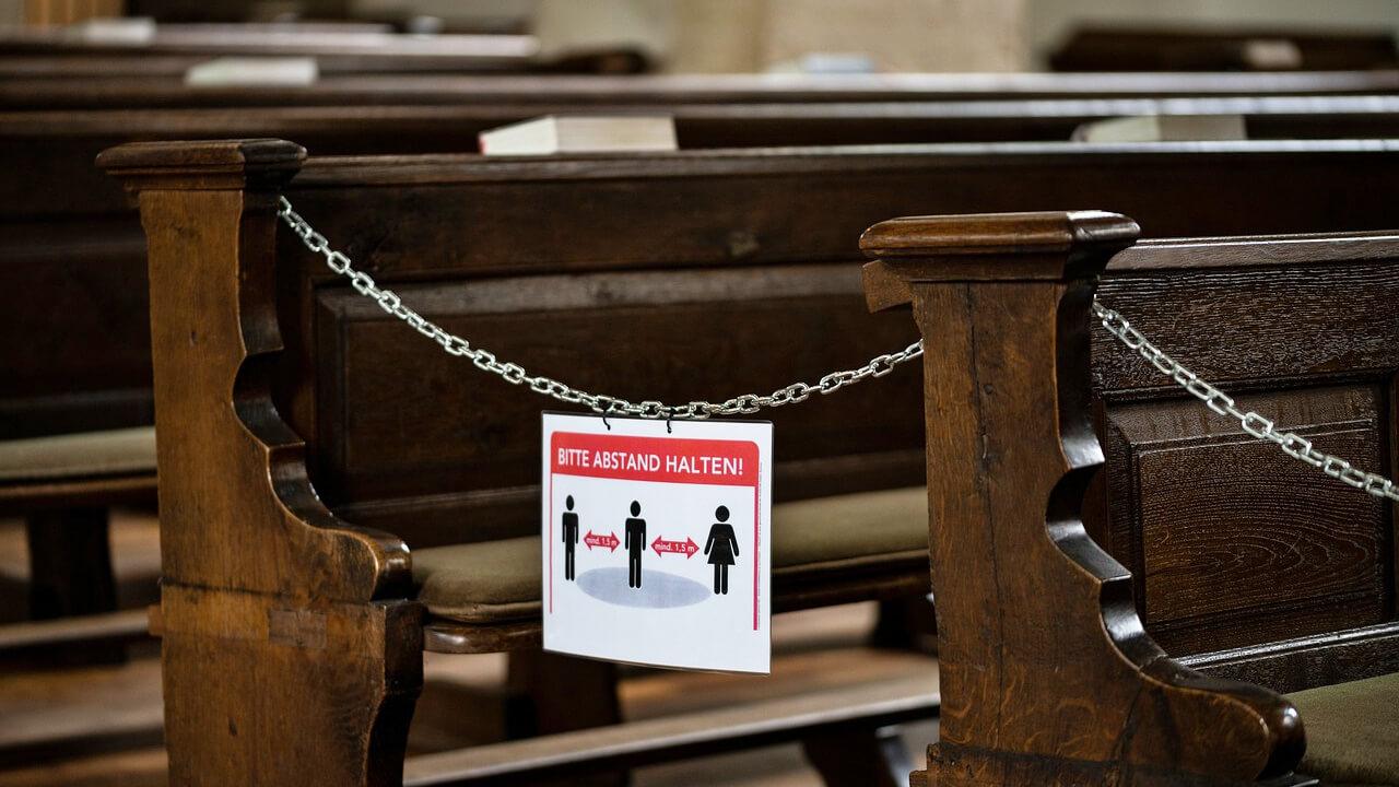 Wegen Pandemie abgesperrte Kirchenbänke