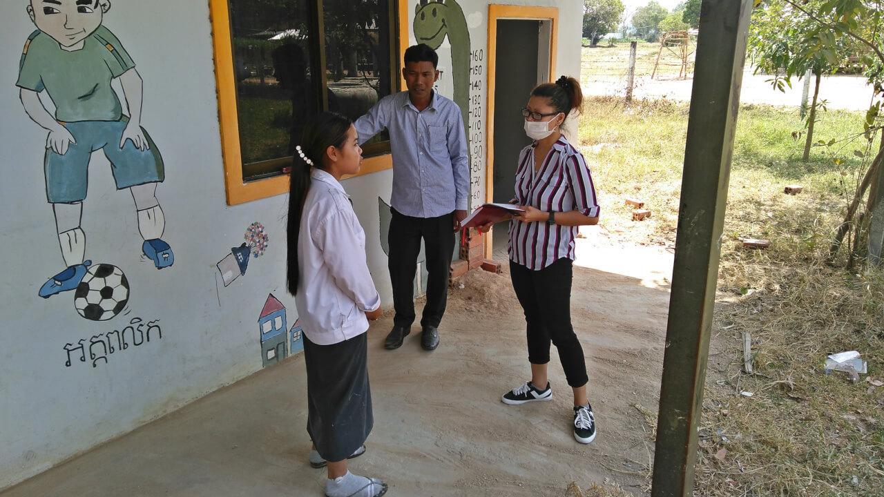 Socheata Chap beim Besuch einer Schule in Kambodscha